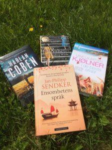 bøker som ligg i graset